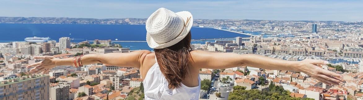 Kvinna som tittar på utsikten över en stad
