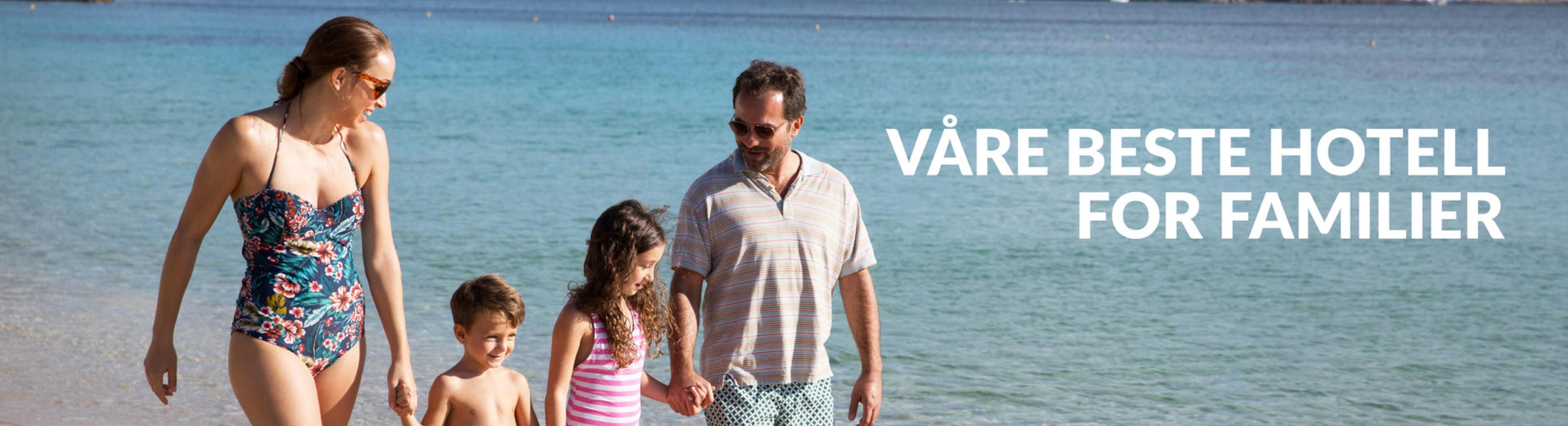 En familie går på stranden på Mallorca