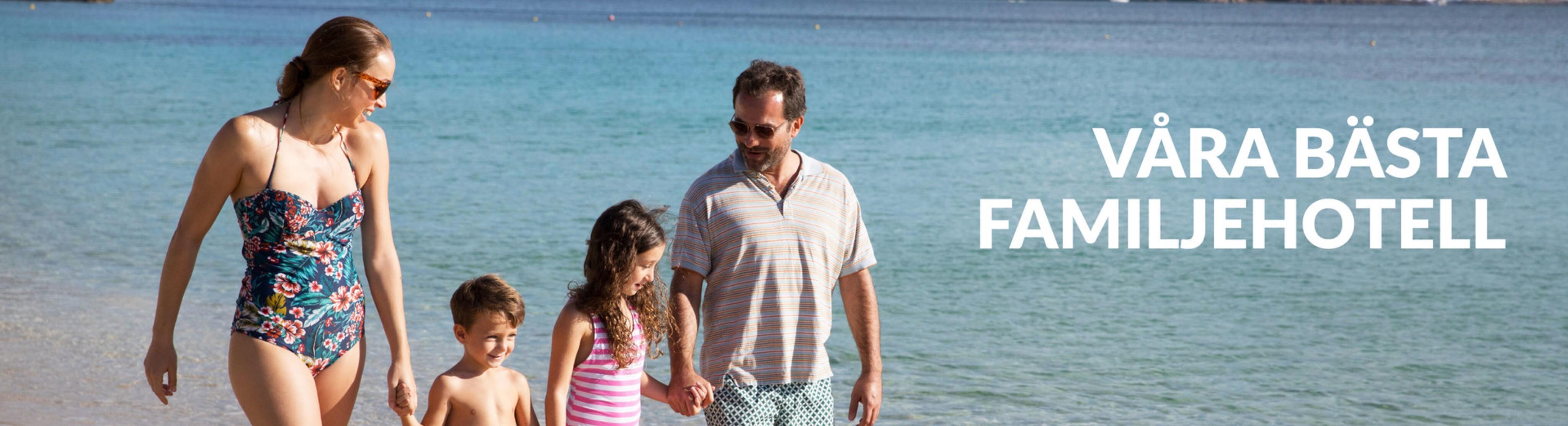 En familj går på stranden i Mallorca