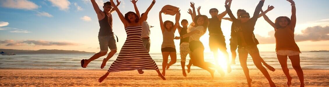 Folk som hoppar på en strand