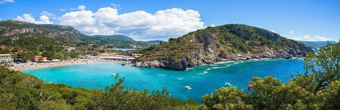 Utsikt över en badstrand i Grekland