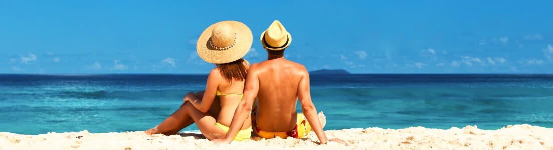 Två vuxna på en strand